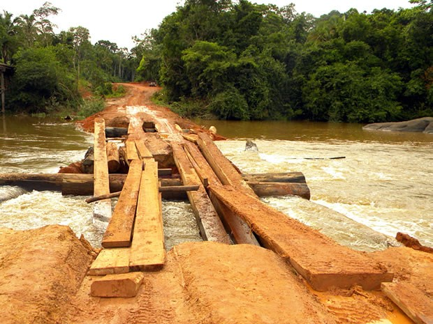 Forte enxurrada na última segunda-feira derrubou a ponte provisória (Foto: Cleverson Veronese/Top News)