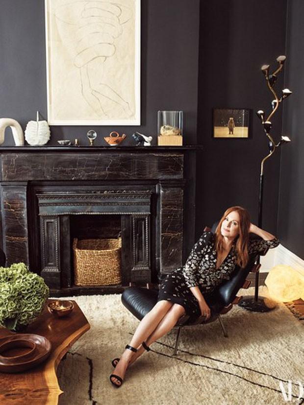 A atriz Julianne Moore em sua casa (Foto: Reprodução Architectural Digest)