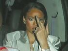 Rihanna se irrita e faz gesto obsceno para paparazzi