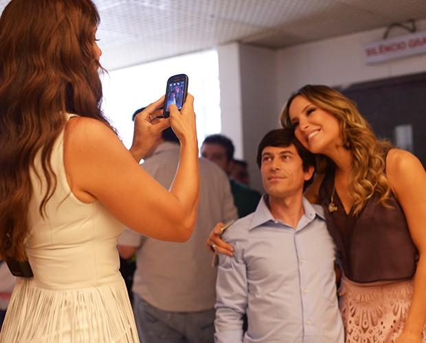 Ivete tira foto de Claudia com fã (Foto: Camila Serejo / TV Globo)