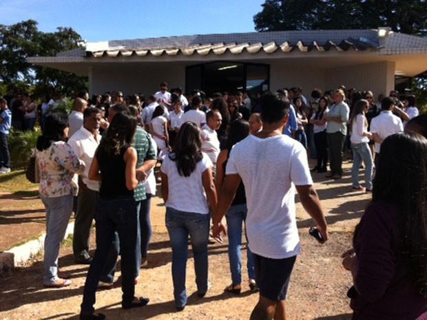 Amigos e familiares chegando para o velório do professor de inglês Guilherme Moura de Jesus, morto com um tiro na nuca durante um assalto no DF (Foto: Luiza Facchina/G1)