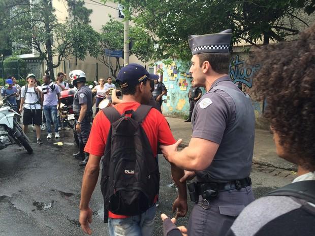 Estudante é levado pelo braço por policial durante ocupação de escola  (Foto: Will Soares/ G1)
