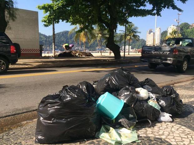 Lixo está acumulado na porta do Hospital Municipal (Foto: Carlos Abelha/G1)