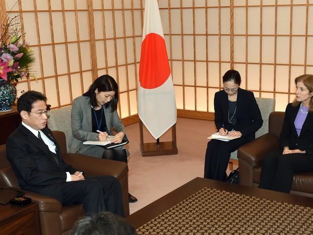 Ministro dos Negócios Estrangeiros japonês Fumio Kishida (esquerda) fala com o embaixador dos EUA para o Japão Caroline Kennedy (Foto: AFP Photo /Toshifumi Kitamura)