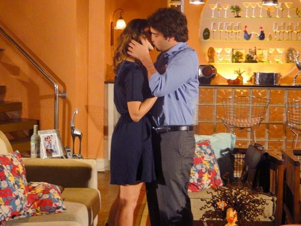 A fila andou! Elano tasca um beijão em Stela (Foto: Cheias de Charme / TV Globo)