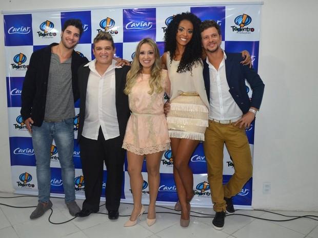Ex-BBBs Marcello, Aline e Aslan com integrantes da banda Caviar com Rapadura (Foto: Denilson Silva/ Ag. News)