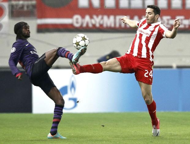 Gervinho e Manolas, Olympiacos x Arsenal (Foto: Agência Reuters)