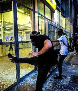 Após ato pacífico contra Copa, SP tem fogo em carro e depredações (Adriano Lima/Brazil Photo Press/Estadão Conteúdo)