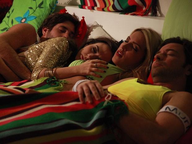 Val descansa a mão boba nos seis de Ellen (Foto: Pedro Curi/ TV Globo)