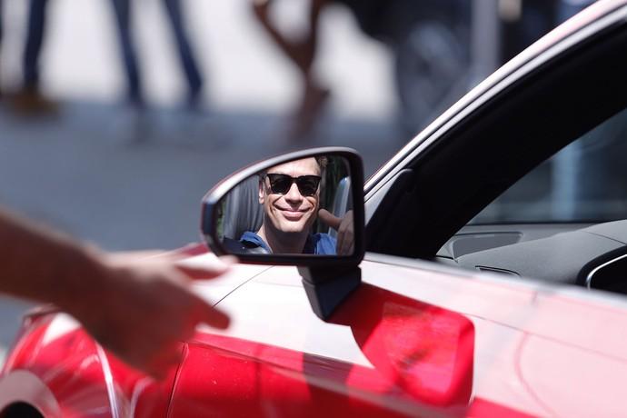 Fábio sorri para as câmeras pelo retrovisor do possante de Arthur (Foto: Gshow / Pedro Carrilho)