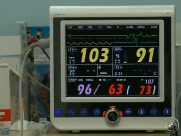 Luis não se alimenta nem respira sem ajuda de aparelhos (Foto: Reprodução/ TV TEM)