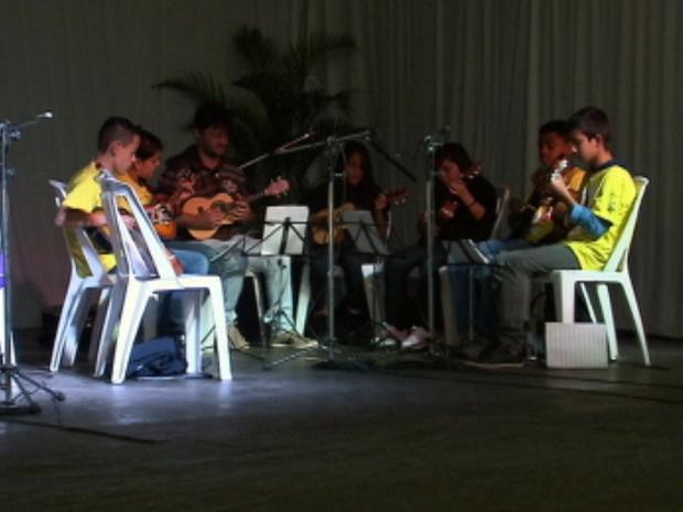 Crianças do Projeto Guri de São Miguel Arcanjo homenageiam as mães (Foto: Reprodução/TV TEM)