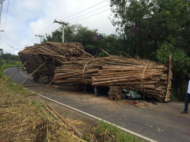 Caminhoneiro perdeu o controle do veículo em curva (Foto: Corpo de Bombeiros/Divulgação)