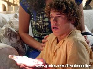O rapaz tem lembrança da infância (Foto: Flor do Caribe/TV Globo)