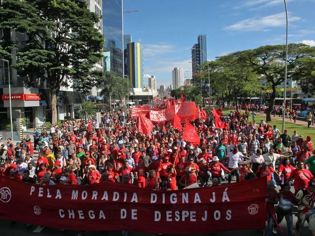 Integrantes do Movimento dos Trabalhadores Sem-Teto (MTST) que se concentravam no Largo da Batata, na Zona Oeste de São Paulo, começaram uma caminhada pela Avenida Brigadeiro Faria Lima, no sentido Rebouças, nesta quarta-feira (26) (Foto: Werther Santana/Estadão Conteúdo)