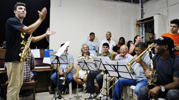O saxofonista Leonardo Januario, jovem morador do morro do Cantagalo, no Rio, lidera uma noite de jazz na laje do tio, juntando músicos da cidade toda e sem ensaio (Foto: Julia Michaels)