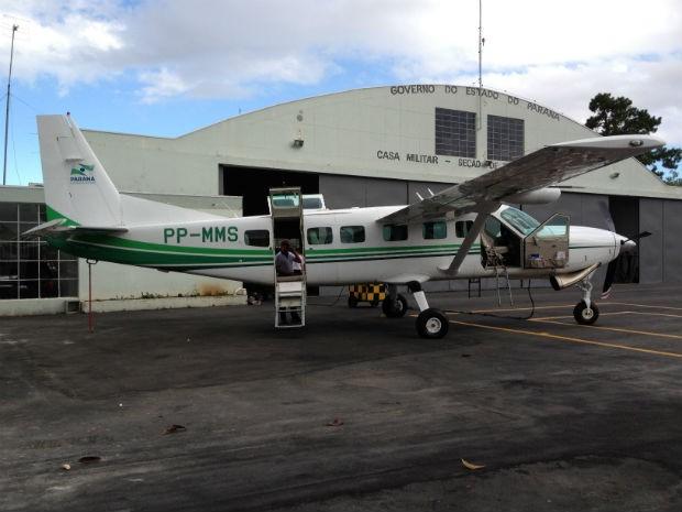 Avião do Paraná foi disponibilizado para o transporte de vítimas no RS (Foto: Augusto Klein/RPC TV)