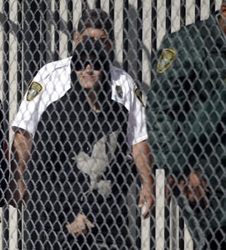 Justin Bieber deixa prisão (Foto: REUTERS/Andrew Innerarity)