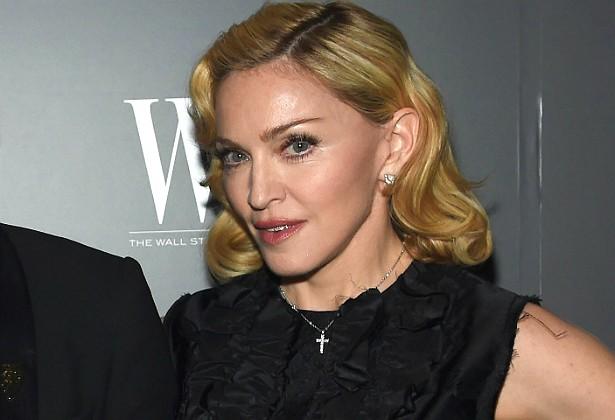 Madonna chega a ser muquirana. Ela detesta ter de pagar pelas coisas, gosta que lhe sejam dadas, e segundo dizem os sites de fofoca, paga muito mal a seus assistentes, pois acredita que eles têm é sorte de trabalhar para alguém como ela. A cantora nem sequer remunera as férias de seus funcionários. (Foto: Getty Images)