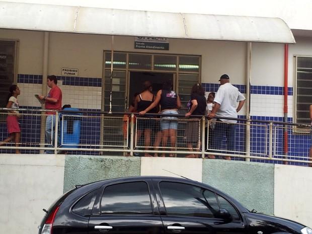 Espera na UPA Vila Cristina tinha fila até o lado de fora nesta segunda-feira  (Foto: Nikolas Capp/ G1)