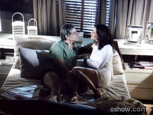 Cadu diz a Verônica que quer se explicar com Silvia (Foto: Em Família / TV Globo)