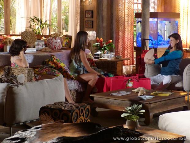 Natália mostra para Mila e Carol a barriga falsa que comprou (Foto: Flor do Caribe/TV Globo)