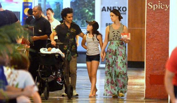Carolina Kasting Passeia com sua familia (Foto: AgNews  / AgNews)