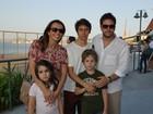 Murilo Benício leva os filhos para conferir feira de arte no Rio