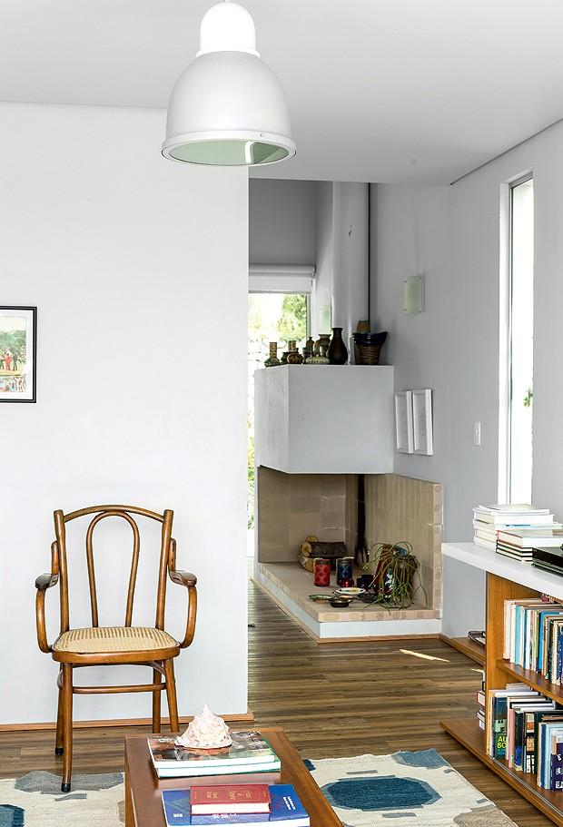 Para deixar os espaços da área social mais fluidos, a arquiteta não colocou portas entre alguns ambientes, como as salas de TV e de estar (Foto: Edu Castello/Editora Globo)