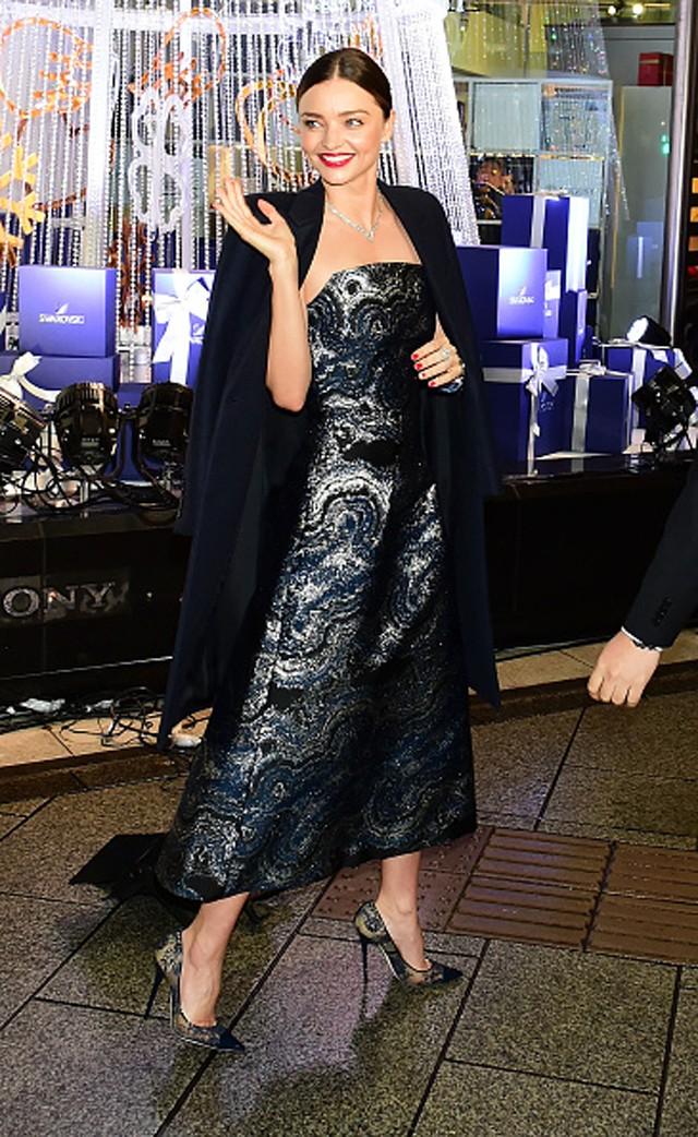 Miranda Kerr brilha em inauguração de árvore de Natal da Swarovski