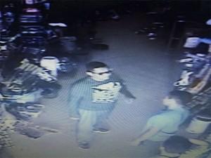 Os dois acusados fugiram de motocicleta após o assalto. (Foto: Divulgação/ Polícia Civil de Santarém)