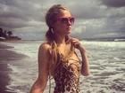 Paris Hilton usa look de oncinha para curtir praia em Bali