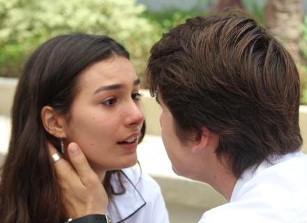 Rodrigo implora para Luciana não terminar com ele
