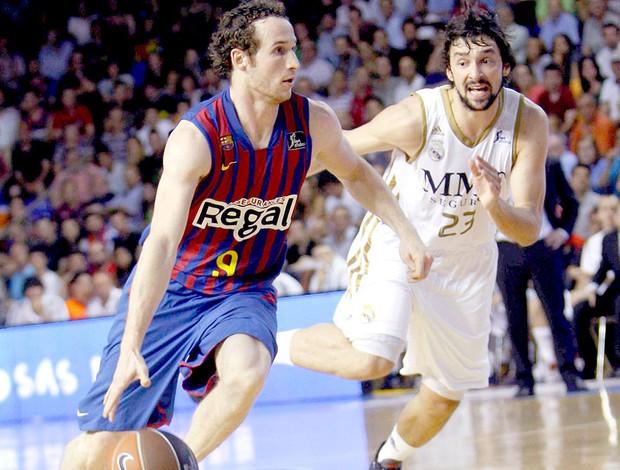 Marcelinho Huertas na partida do Barcelona contra o Real Madrid no basquete (Foto: EFE)