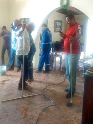 Funcionários da Adasa e da Inframérica avaliam danos em casa alagada no Lago Sul, em Brasília (Foto: Maria Moraes/VC no G1)
