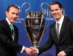Emilio Butragueno real madrid e Lars Ricken Borussia Dortmund sorteio liga dos campeões (Foto: Agência Reuters)