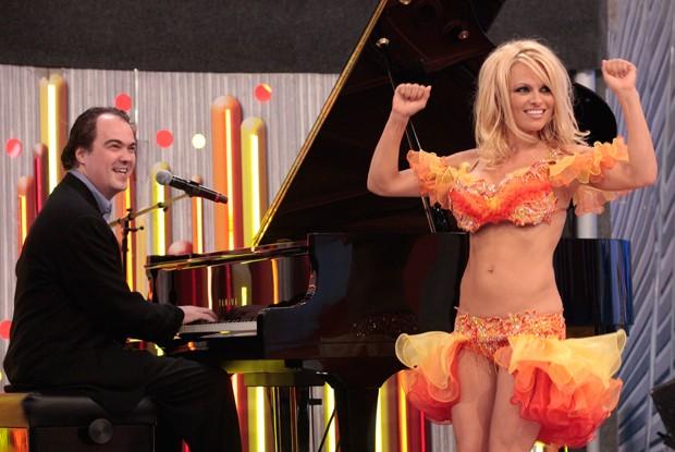 Pamela Anderson canta ao lado de Daniel Jobim (Foto: Caldeirão do Huck / TV Globo)
