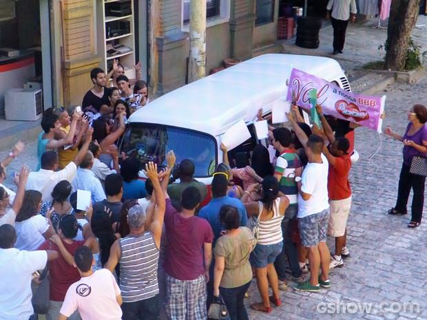 A van de Márcia é cercada por fãs na periferia (Foto: Amor à Vida / TV Globo)