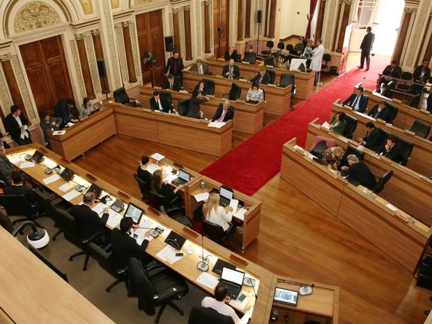 Lei que concede 13º salário para vereadores de Curitiba foi aprovada em 2012 (Foto: Andressa Katriny/CMC)