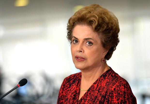 A presidente Dilma Rousseff fala a jornalistas sobre a nomeação do ex-presidente Luiz Inácio Lula da Silva para ocupar o cargo de Jaques Wagner na Casa Civil (Foto: Wilson Dias/Agência Brasil)