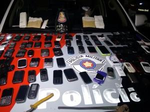Adolescente é detido com drogas e celulares que iriam para presídio de Tremembé (Foto: (Foto: Divulgação/ Polícia Militar))