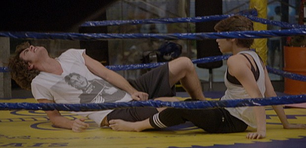 Karina fica sem graça e dá joelhada em Pedro (Foto: Tv Globo)