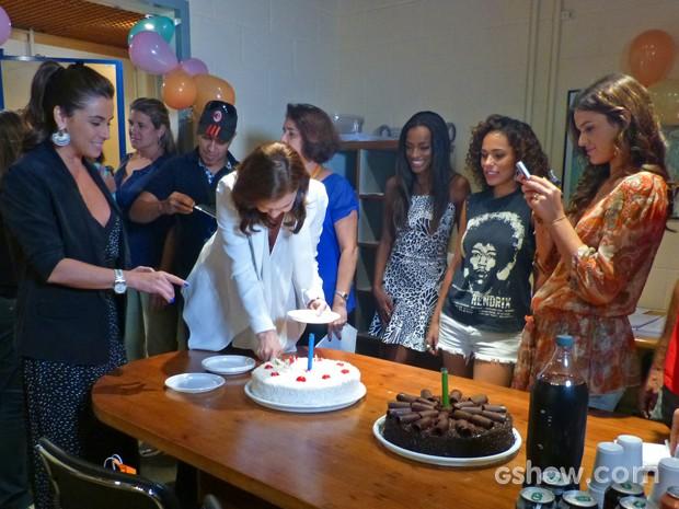 Bruna registra momento de Julia e Giovanna pelo celular (Foto: Em Família/ TV Globo)