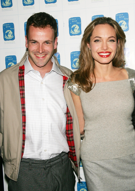 """Eles se conheceram no set de 'Hackers', em 1995, casaram-se em 1996 e separaram-se três anos depois, mas Jolie não se arrepende do seu casamento. Ela contou ao BuzzFeed em maio: """"['Hackers' foi] onde eu conheci Jonny, que ainda é um grande amigo"""". (Foto: Getty Images)"""