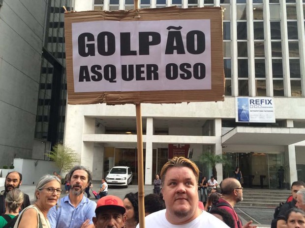 Manifestante com placa contra o impeachment de Dilma (Foto: Roney Domingos/G1)
