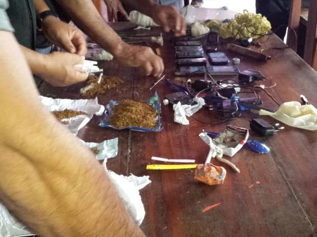 Apreensão de drogas, armas e celulares durante revista no Cesein (Foto: Reprodução/Rede Amazônica no Amapá)