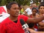 Moradores protestam após corte de 'gambiarras' em loteamento irregular