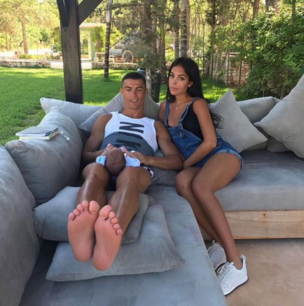 Cristiano Ronaldo, Mateo e a namorada (Foto: Reprodução)