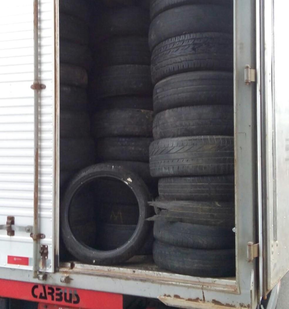 Policiais apreendem pneus guardados em caminhão em São José dos Campos nesta quinta-feira (28). (Foto: Divulgação/Polícia Militar)