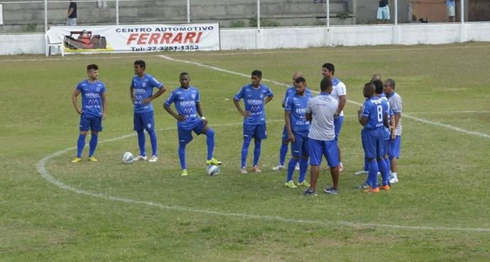 Jogadores do Vitória-ES aguardando a ambulância que não chegou (Foto: Adriano Barbosa)